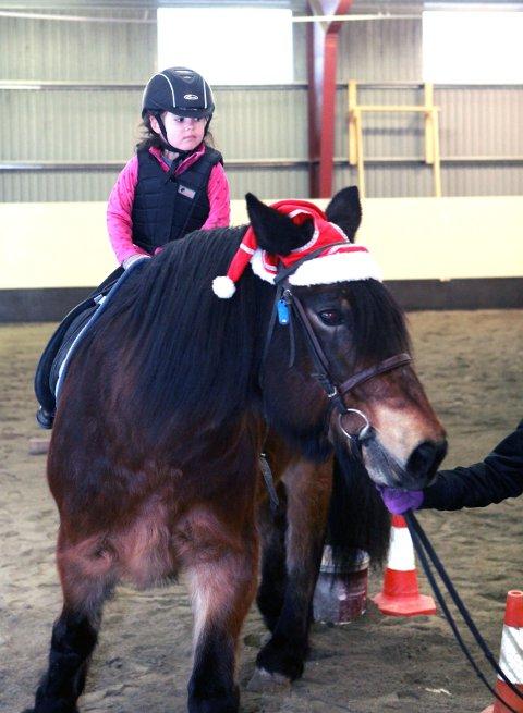 Linnea Helvik har gått på ridekurs det siste året. Sundag viste ho seg fram på hesteryggen, i samband med årets juleshow i regi av Rosendal rideklubb.