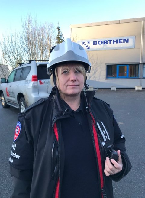 PÅ STEDET: Innsatsleder Janne Hovdenakk i brannvesenet.