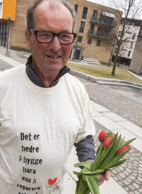 VETERAN: Bjørn Ekeberg har vært med på tulipanaksjon i Trøgstad i rundt 30 år.