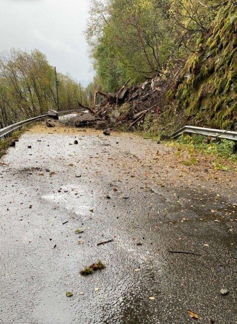MASSAR: Torsdag rasa det her på fylkesvegen mellom Feios og Vangsnes.