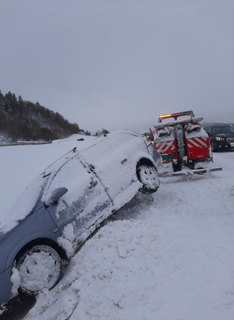 I GRØFTA: Denne bilen havnet i grøfta på Røra lørdag, og måtte plukkes opp av en bilbergingsbil.