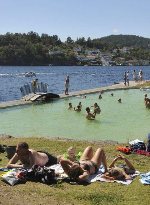 Populært: Bassenget på Gunnarsholmen er populært når sola skinner.