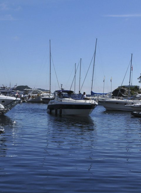 Plass? enne båten jakter plass i gjestehavna på Barthebrygga.