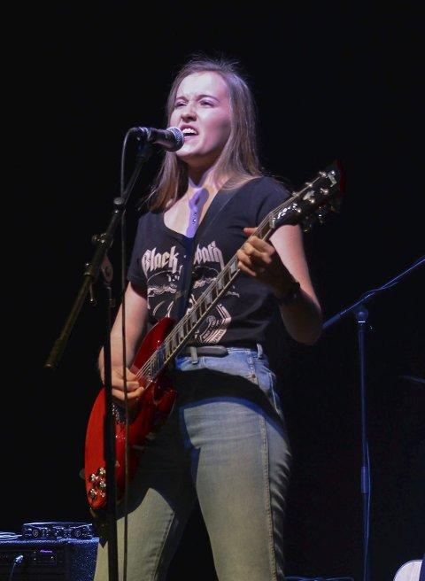 ROCK: Cold Chase med Ida Prestnes i front rocka på scena med ein rocke-medley.