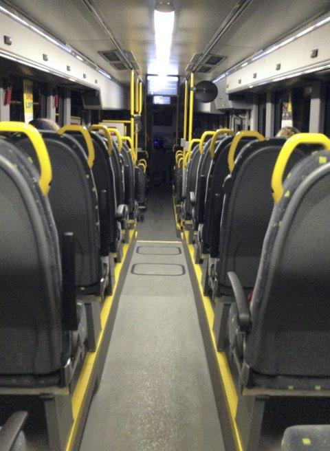 FOR LYST? Morgentrøtte busspendlere vil ha mindre lys. – Ta kontakt med sjåføren, oppfordrer Ruter. FOTO: RB-TIPSER