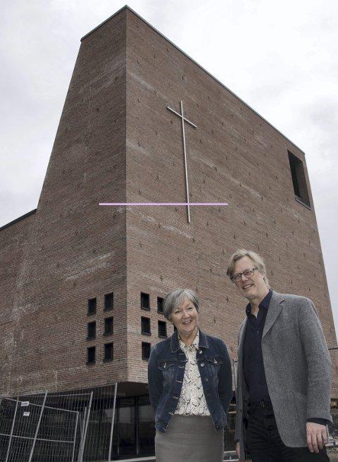 VELKOMMEN: Assisterende kirkeverge Tove Sveva og sogneprest Rolf Erik Hanisch ønsker velkommen til en ukes åpningsfestival for Teglen med start 26. mai.