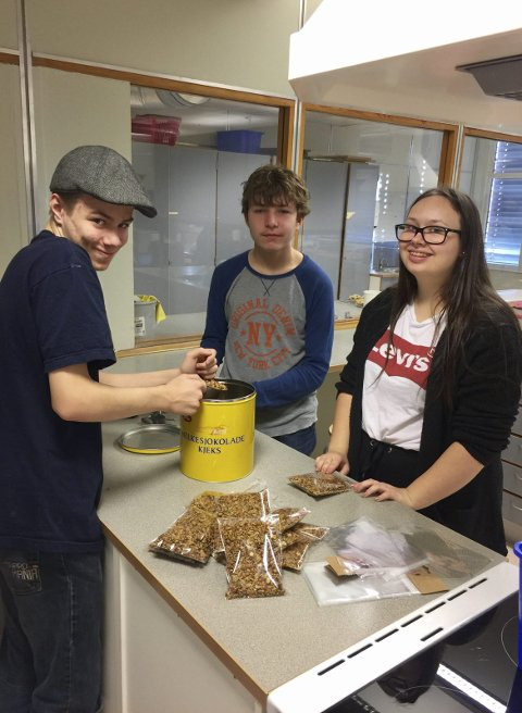 GRANOLA: Elevene har laget granola som selges på julemarkedet.
