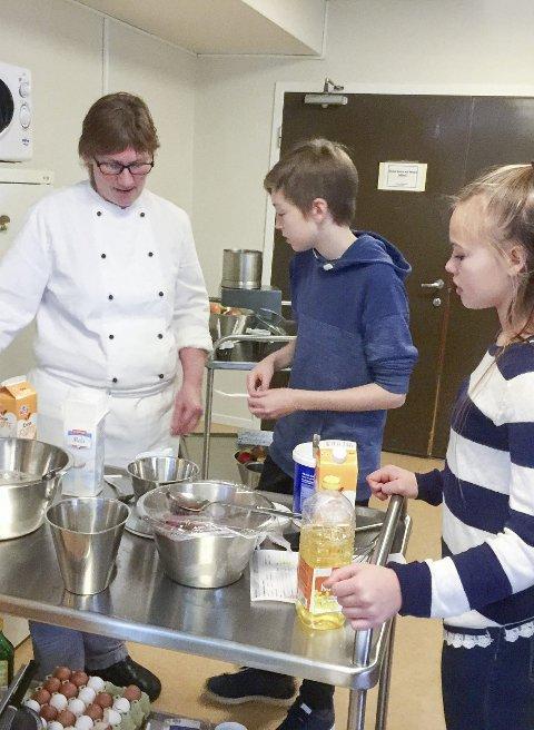 KOKK: Fra kokkene ved sykehjemmet fikk de tips om kokkefaget og en smakfull lunsj.