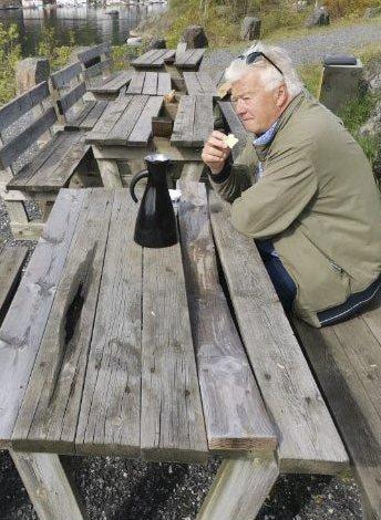 Ødelagte bord: Bordene og benkene på Bertnes blir brukt av mange, men denne helgen har de fått seg en trøkk. Samtlige har en brukket planke. Foto: Finn Gundersen