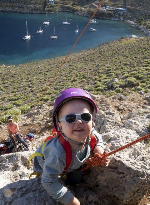 Tidlig krøkes: Birk (2,5) klatrer ruten «TakTakTak» i Palionisos Bay. I bakgrunnen ligger S/Y Timeout på moring.