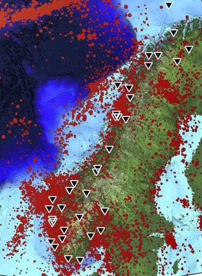 Utsatt: Kart over registrerte jordskjelv i Norge, 1900-2018, samt NNSNs målestasjoner. Kysten av Vestlandet er området med mest aktivitet. Illustrasjon: UIB