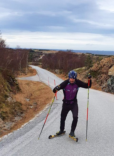 UTEN SNØ: På Leka er det smått med snø, men Thomas Hjalmar Westgård fikk gode skiøkter for det - på rulleski.
