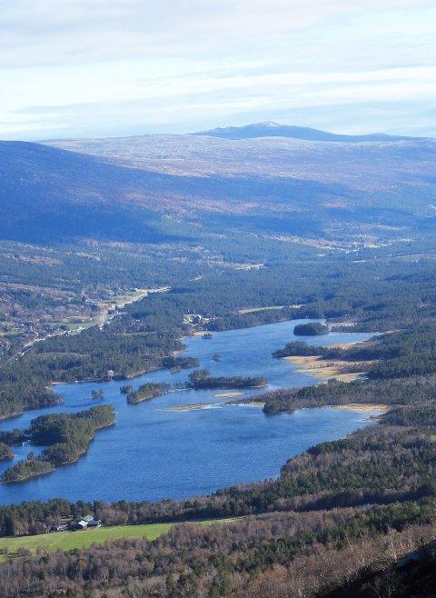 BLI MED PÅ TUR: Eldrid Riise skal til Hyrjonfossen der det er fin utsikt over Lesjaskogsvatnet og bygda.