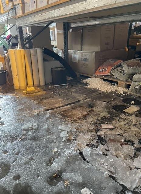 OMFATTENDE SKADER: Ildstedet Kongsberg opplevde vannlekkasje som totalskadet hele butikken.  Gulvet var dekket av flere centimeter tykk is som måtte pigges opp.