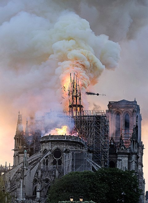 Et gisp kunne høres gjennom folkemengden da spiret på Notre-Dame ga etter og falt under brannen mandag kveld. Foto: Diana Ayanna / AP / NTB scanpix