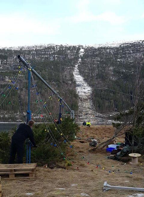 IKKE REKORD: Målet var et juletre på 36 meter, men i år blir Todalspålen bare 12 meter høy.
