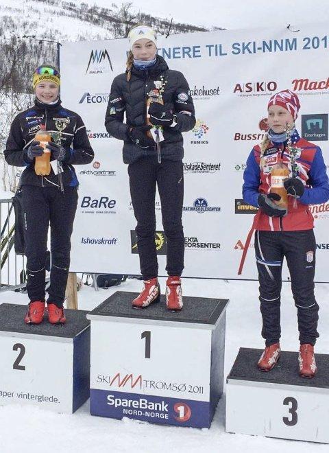 NNM-GULL: Hanna Bjørnli ble nordnorsk mester på Kvaløysletta. Her er blomsterseremonien med de tre beste, Borghild Skjellberg, Nordreisa (t.v.) og Nora Mikkelsen, Medkila Skilag (t.h.)