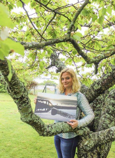 Naturfoto: Hilde Barkenes stiller ut 14 bilder med motiver utenfor porten som skimtes bak treet i Movik i pinsen. Det blir hennes første. Foto: Nina T. Blix