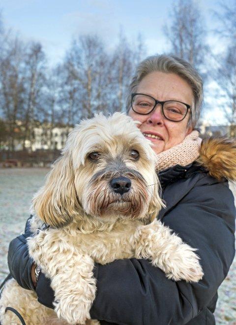 Fikk hjelp: Elin Syversen fikk råd om å bruke en munngel til hunden Petter på nyttårsaften i fjor. – Han var rolig og fin hele kvelden, forteller hun.