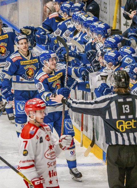 Endelig: Første scoring for Jonas Meisingset gratuleres etter 2–1 i kampen mellom Sparta og Stjernen. Foto: Thomas Andersen