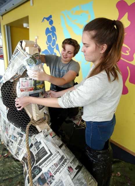 Rekvisittsjef Marlen Jarholt (18) og Frida Enge har brukt flere dager på å dyppe aviser i trelim. Hva det skal brukes til vil de ikke røpe