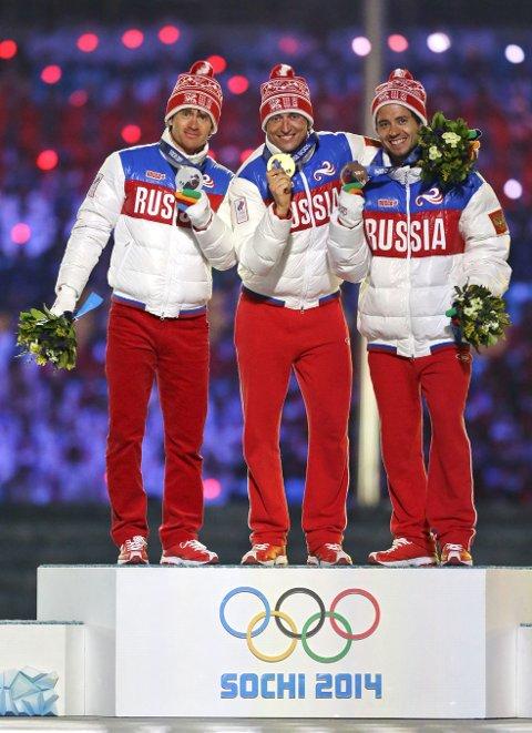 Dopingmistenkte Alexander Legkov og lagkameratene på pallen etter trippeltriumfen på 50 km langrenn i Sotsji-OL i 2014. Hvilken tillit står internasjonal toppidrett tilbake med etter WADA-vedtaket, spør Jan Gunnar Kolstad i denne kommentaren.