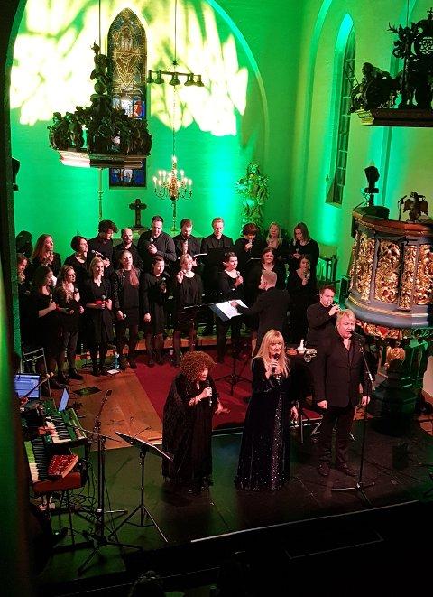 STJERNEMØTE: Hanne Krogh, Tàra Vaga, Thomas Ruud og Kordial skapte magisk stemning i Tingelstad kirke tirsdag kveld, med en sjeldent flott konsert.