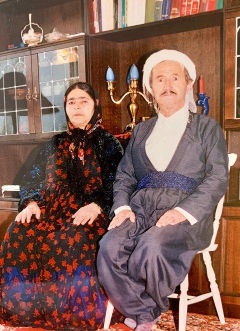 HYLLES: Her sitter Najmadin sammen med Osmans mor, Zarrin Hikmati.