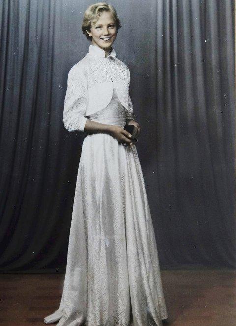 Ny kjole: Laila Strand som konfirmant i 1955 i ny hvit kjole, men uten permanentkrøller i håret til stor fortvilelse.            Foto: Privat