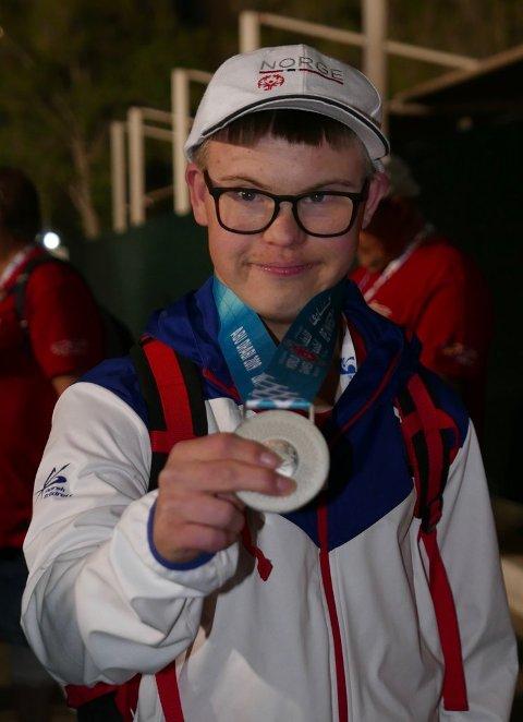 MEDALJEVINNAR: Heine Røssland (18), med foreldre frå Kvinnherad, tok sølvmedalje under laurdagens spydtevling i Special Olympics i Dubai (foto: Lars Ivarsøy).
