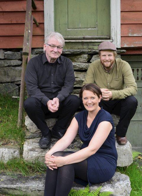 Trioen: Knut Hamre, Lajla Renate Buer Storli og John Ole Morken i Agatunet. Førre veke hadde dei konsert på både Ekspedisjonen, i Lagmannsstova i Agatunet og i Granvin kyrkje.