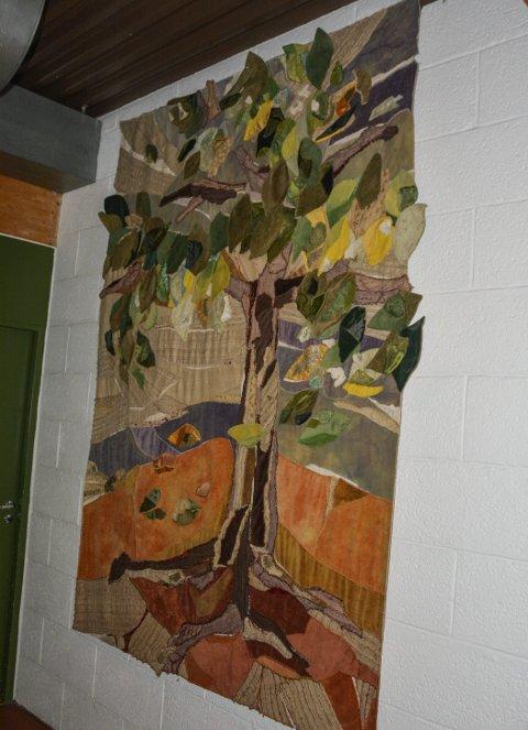 AlterTeppet: Bodil Lundsten Buchacz laget alterteppet til kirkesenteret og mange lokale sydamer bidro. I dag har teppet fått sin plass i gangen.