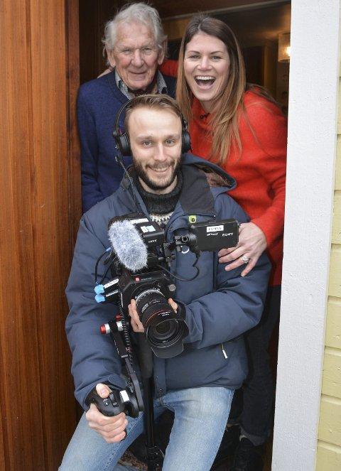 NRK-program: Programleder Pia R. Christiansen og kameramann Øystein Skarsbø fra Forbrukerinspektørene laget innslag hos Agnes og Anton Christiansen i Tvedestrand.