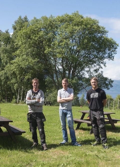 Vil koma heradet i møte: Stian Ekornrød, Vidar Bergstø og Svein Olav Stana har planar om å etablera klatrepark og overnatting på den gamle asylmottakstomta i Kinsarvik. Her er dei på synfaring.