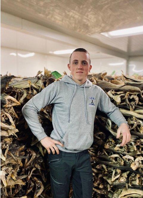 FISKELUKT: Daglig leder Ole Olsen i Sufi mener lokalsamfunn må tåle lukta av tørrfisk og fiskehoder fra hovednæringen. Foto: Sufi AS