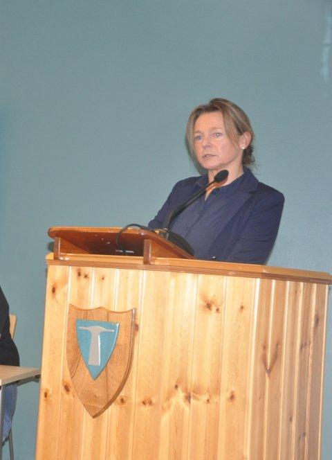 KRITISK: Brit Rasmussen i Utdanningsforbundet i Flakstad er skuffet over kommunens øverste ledelse.