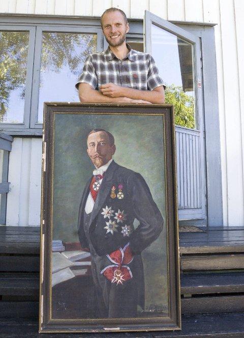 To nyheter: Anders Bache som sommerens omviser og maleriet av Roald Amundsen er to av nyhetene når det er sesongstart med foredrag og omvisning på Svartskog i kveld. begge foto: ole Kjeldsberg Endresen