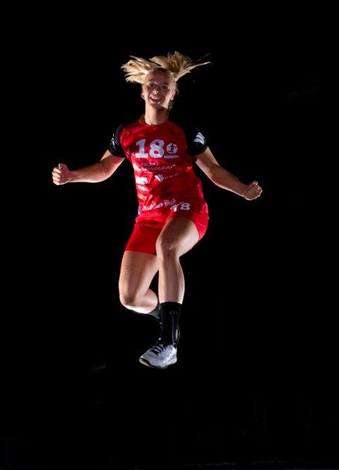 Julie Hulleberg ladet opp til et tøft kampporgram med en fotoseanse på Værste i regi av klubben.