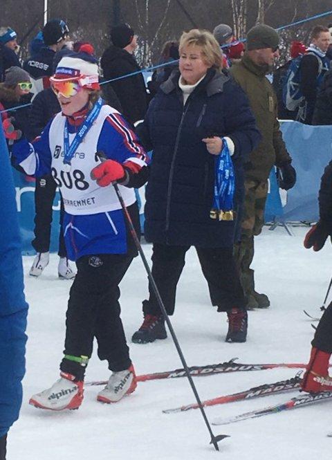 MEDALJE: Charlotte Koppervik fikk medalje av Erna.