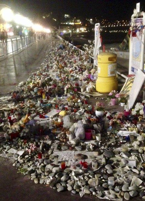 Blomsterhav på Promenade des Anglais, Nice, etter et av mange feige og meningsløse terrorangrep.
