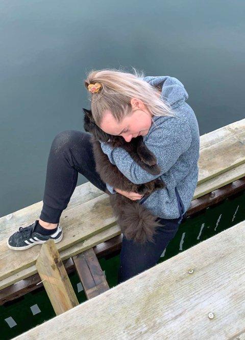Eier Maria Sjøen Eide (25) og en lettere forskremt Sam, endelig gjenforent etter fire uker.