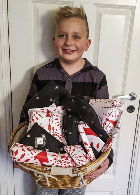 GIR BORT JULEKALENDER: Sander Olsen (10) fra Råde har gjort det igjen; laget julekalender til en som trenger det mer enn han selv.