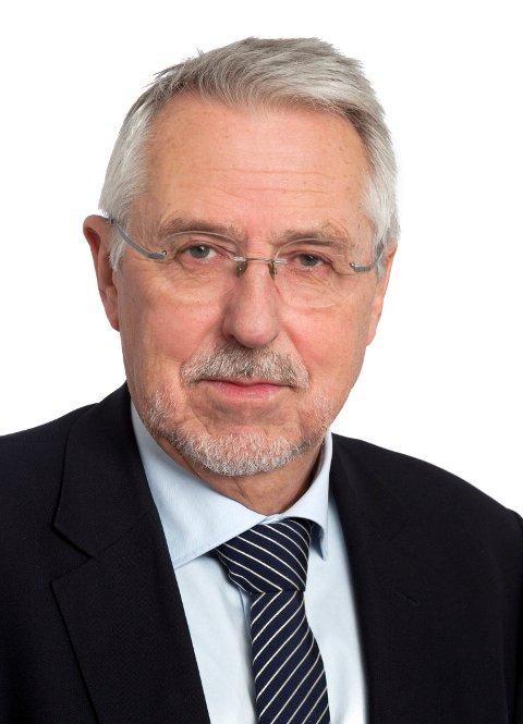 Petter Schou sier Bane Nor nekter Spydeberg kommune å innstallere oppbevaringsbokser i sykkelhotellet.
