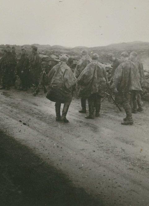 PATRULJE: Tyske soldatar på patrulje mot Manger.