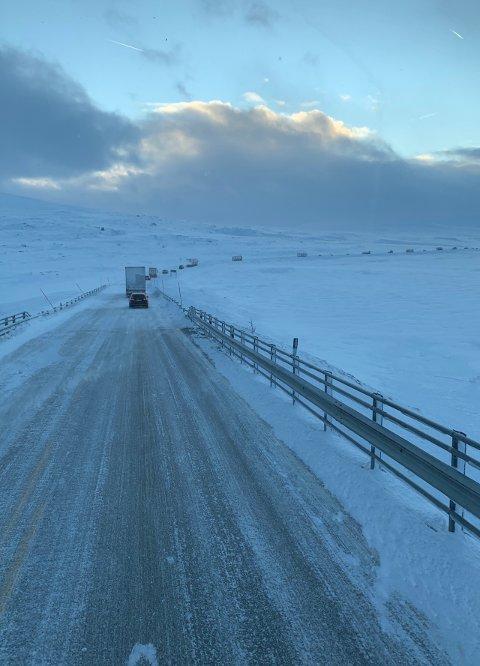Her kjører yrkessjåføren over Saltfjellet etter at det har vært stengt grunnet pause.