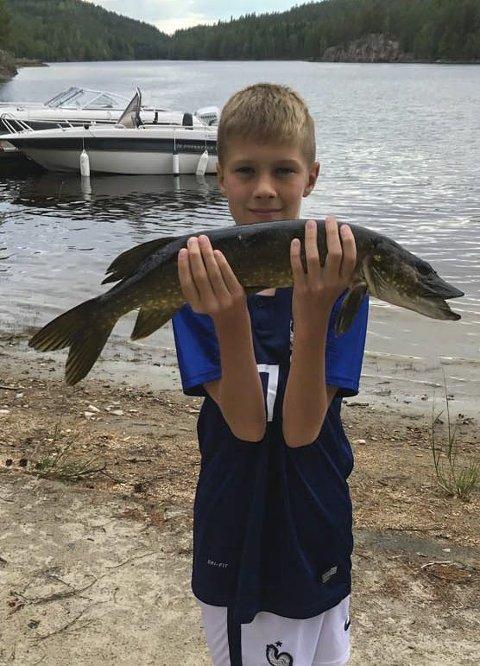 SETTEN: Tobias Torre (12) fra Bjørkelangen med gjedde på 1,7 kg.