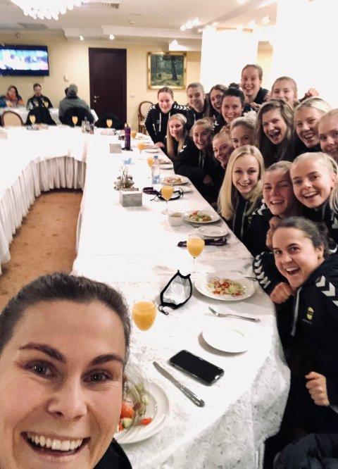 God stemning: Emilie Haavi og lagvenninene gliste bredt ved middagen før de satte seg på flyet tilbake til Norge. Samtidig var tankene på søndagens cupfinale mot Vålerenga allerede langt fram i hodene.