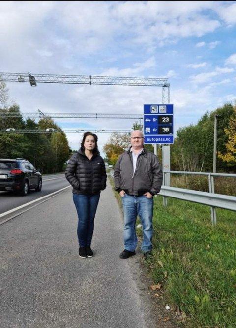 BØR FLYTTES: Denne bommen på Tollnes mellom Skien og Porsgrunn bør flyttes, mener Monica Karlsen og Espen Langbach i Klyve og Tollnes arbeiderlag.