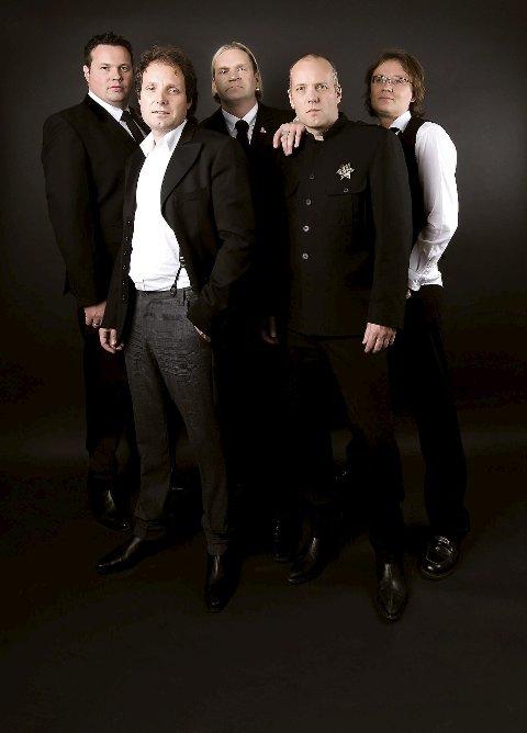 LIVERPOOL CALLING: The Norwegian Beatles består av Kjetil Linnes (Bass og vokal), Bjørn Conrad Berg (Gitar og vokal), Håvard Pedersen (Gitar), Vegar Johansen (Keyboard) og Kai Henning Skimelid (trommer).