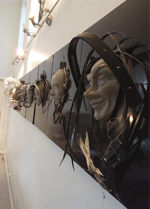 STILLER UT: 13 masker omkranset av smykker.